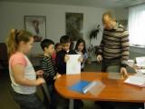 3_Děti_připravují_knihu_k_vazbě